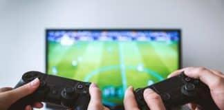 joueurs console devant TV